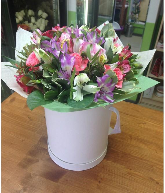 Букет из разноцветных альстромерий и роз в шляпной коробке