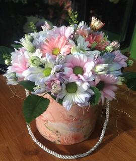 Букет из разноцветных хризантем в небольшой шляпной коробке