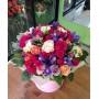 Букет из роз, ирисов и тюльпанов в белой шляпной коробке