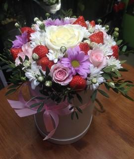 Букет из роз и хризантем с клубникой в шляпной коробке
