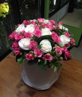 Букет из розовых кустовых и белых роз в шляпной коробке