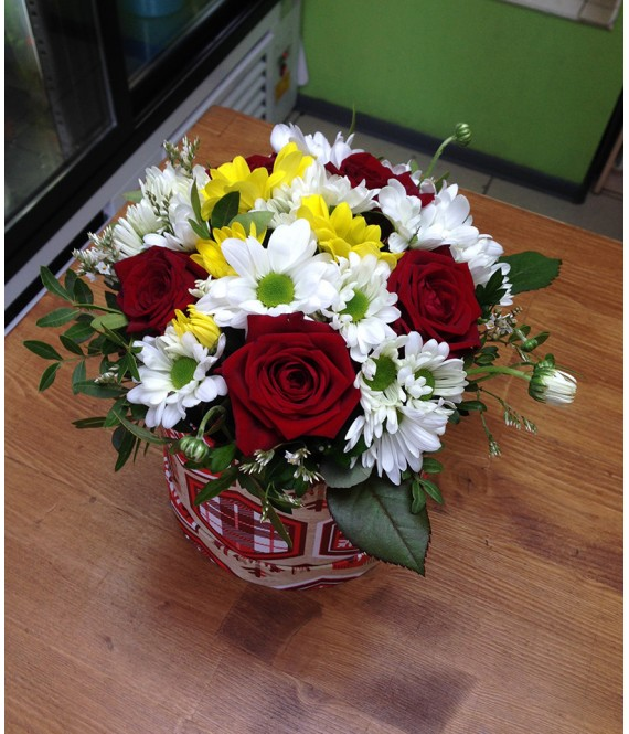 Букет с 5 красными розами в небольшой шляпной коробке