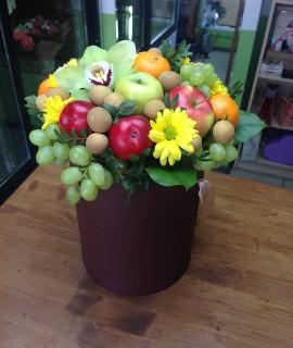 Букет с орхидеей и фруктами в шляпной коробке