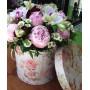 Букет с пионами и орхидеями в шляпной коробке