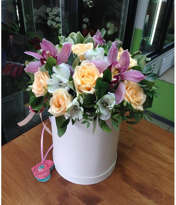 Букет с розовыми орхидеями в белой шляпной коробке