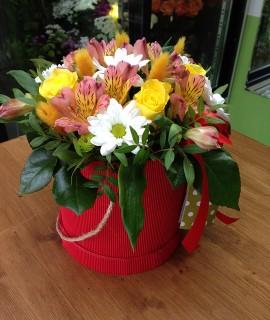 Букет с желтыми розами в красной шляпной коробке