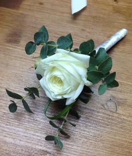 Бутоньерка с белой розой и эвкалиптом