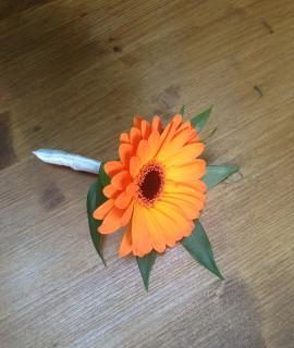 Бутоньерка с оранжевой мини-герберой