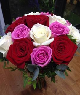 Букет невесты из 15 разноцветных роз