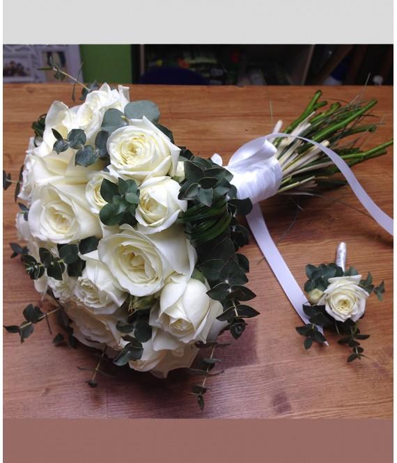 Букет невесты из белых роз и эвкалипта