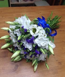 Букет невесты из эустомы и статицы