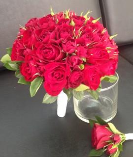 Букет невесты из красных розочек на портбукетнице
