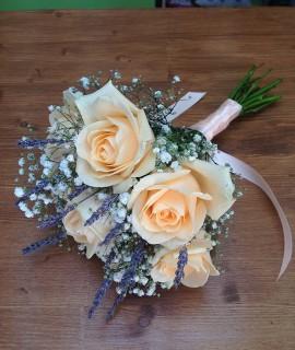 Букет невесты из персиковых роз с лавандой