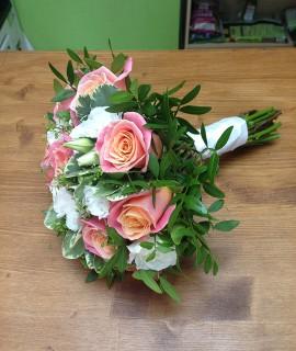 Букет невесты с лососевыми розами и эустомой