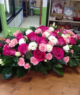 Настольная композиция с малиновыми розами